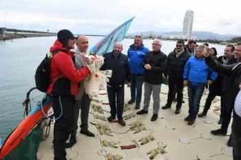 Tüm Dünyaya Barış Ve Dostluk Mesajı Vermek Adına Norveç'ten Yola Çıkan İngiliz Sörfçü Jonathan Dunnett, Samsun Yelken Kulübü'ne Misafir Oldu.